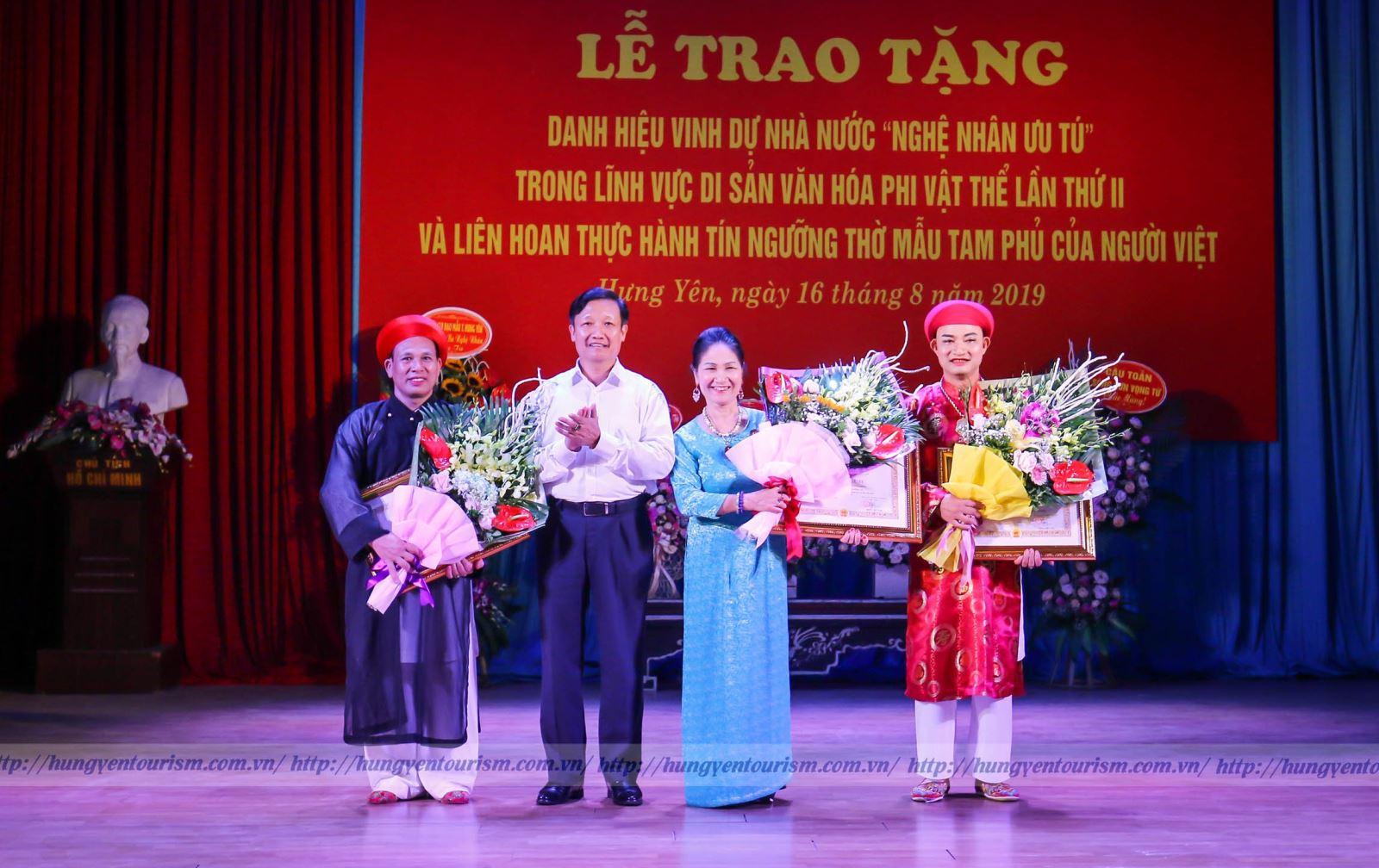 """Trao tặng danh hiệu vinh dự nhà nước """"nghệ nhân ưu tú"""" trong lĩnh vực di sản văn hoá phi vật thể lần thứ II tại Hưng Yên"""